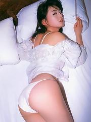 Foxxy gravure idol shows off her cute little bottom in lingerie